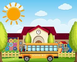 Estacionamento de ônibus escolar em frente à escola