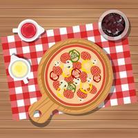 Pizza op tafel met flessen ketchup en mayonaise geserveerd met glas sap met ijs. Geserveerd diner op tafel, bovenaanzicht