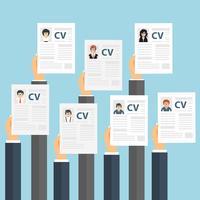 Mãos segurando papéis de CV. Conceito de gestão de recursos humanos, busca de profissionais, análise de currículo de papéis, trabalho