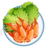 Gekookte garnalen en groente op de plaat