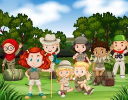 Kinderen wandelen in het bos