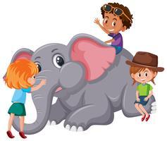Bambini che giocano con l'elefante