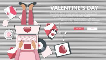 Valentijnsdagbanner voor websites. Meisjeszitting op houten vloer en het houden van overlappingsbovenkant op haar overlapping