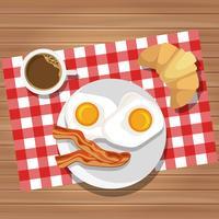 Frühstück mit Spiegeleiern und Speck mit Kaffee und Butterbrötchen