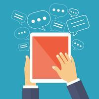 Tableta con pantalla en blanco y burbujas de discurso alrededor. Red social y navegando por el concepto de internet.