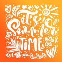 É o texto da rotulação da caligrafia do tempo de verão para o cartão. Ilustração gráfica do vetor do curso criativo da praia da garatuja. Folhas tropicais e sol no fundo
