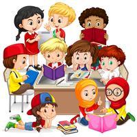Gruppe von internationalen Kindern lernen