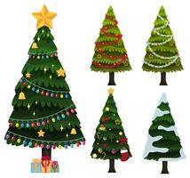 Vijf kerstbomen met ornamenten