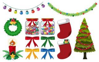 Différentes décorations de Noël sur fond blanc