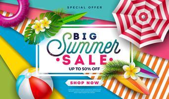 Sommerschlussverkauf-Design mit Wasserball, Sonnenschutz und exotischen Palmblättern auf buntem Hintergrund. Tropische Vektor-Sonderangebot-Illustration mit Typografie-Buchstaben für Kupon