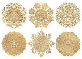 Set van 6 handgetekende gouden Arabische mandala op witte achtergrond. Etnische vector decoratieve versiering. Rond abstract oosters ornament.