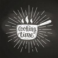 Silhoutte caliente de la tiza del pote con los rayos del sol y las letras - tiempo de cocinar - en la pizarra. Bueno para cocinar logotipos, bades o carteles.