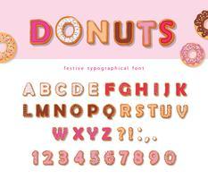 Donuts handgezeichnete dekorative Schrift. Cartoon süße Buchstaben und Zahlen. Niedlicher Entwurf für Mädchen. Geburtstagsfeier Feier.
