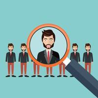 Elegir al mejor candidato para el concepto de trabajo. Lupa recogiendo una figura de hombre de negocios de la fila