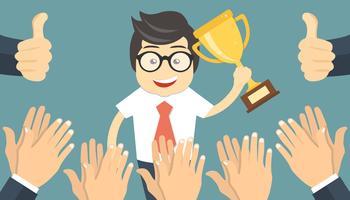 Homme d'affaires brandissant un trophée gagnant. Beaucoup de mains applaudissent