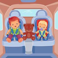 Dos niños pequeños sentados en asientos de coche para niños