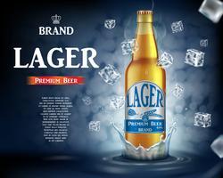Hacer cerveza artesanal cerveza con salpicaduras. Botella de cerveza de cristal realista con los cubos de hielo del vuelo en fondo azul brillante. Vector 3d ilustración