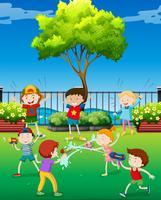 Kinderen die waterkanon in het park spelen