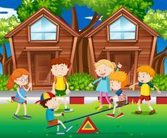 Kinderen spelen geschommel in het park