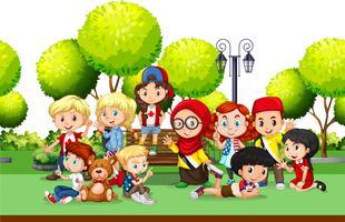 Niños de diferentes países en el parque.