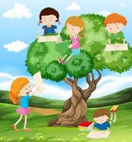 Kinder lesen und schreiben im Park