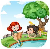 Filles campant au bord de la rivière