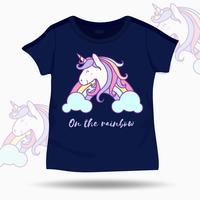 Illustrazione sveglia dell'unicorno sul modello dei bambini della maglietta. Illustrazione vettoriale