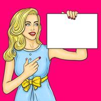 Pop art girl mostrando anúncio