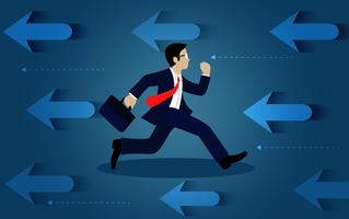 Empresários correndo na direção oposta a seta