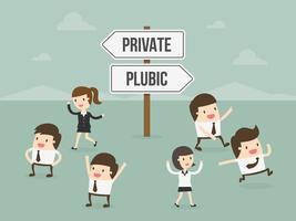 Pessoas escolhendo entre privado ou público