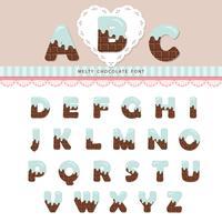 Crème bleue fondue sur l'alphabet au chocolat.