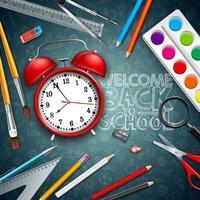 Tillbaka till skoldesign med röd väckarklocka och typografi på svarta tavlan