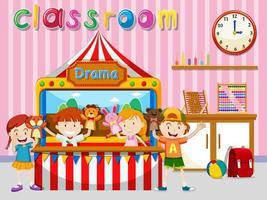 Crianças tendo show de marionetes na sala de aula