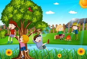 Niños jugando y haciendo fogatas en el parque