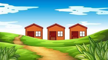 Drei Holzhäuser auf dem Feld