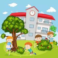 Barn som ser buggar i skolgården
