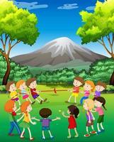 Niños jugando tira y afloja en el parque