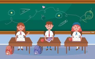 Mädchen- und Jungenstudenten an den Schreibtischen im Klassenzimmer