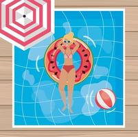 Blonde Frau der Luftaufnahme, die im Pool sich entspannt