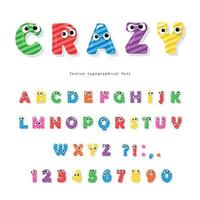 Carattere di bambini divertenti con gli occhi. Lettere e numeri colorati lucidi del fumetto.