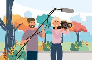 Kamerafrau und Mann mit Mikrofon draußen