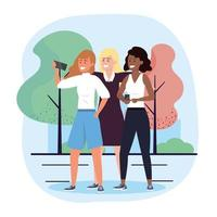 Gruppo di diverse donne che prendono selfie nel parco