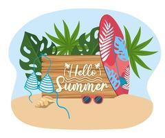 Bonjour message d'été sur panneau de bois avec planche de surf et maillot de bain