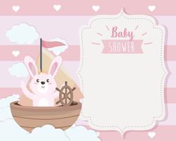 De kaart van de babydouche met konijntje in boot op wolken