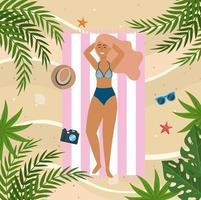 Vue aérienne, de, jeune femme, pose, sur, serviette plage, sur, sable