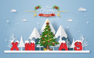 Kerstboom met woord KERSTMIS bij de berg