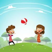 Kinder, die mit Ball im Park spielen