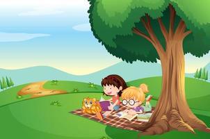 Niños leyendo debajo del árbol con un gato