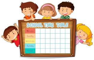 Horario escolar con los niños alrededor de una tabla de madera