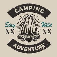 Vintage emblema de camping con una hoguera.